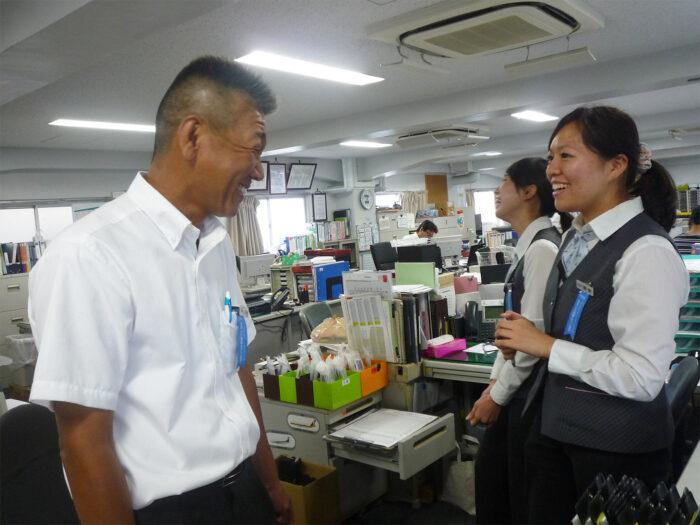 国際自動車(kmタクシー)のタクシードライバー千葉さんの笑顔の写真