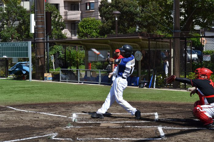 国際自動車(kmタクシー)のタクシードライバー千葉さんが野球をしている写真