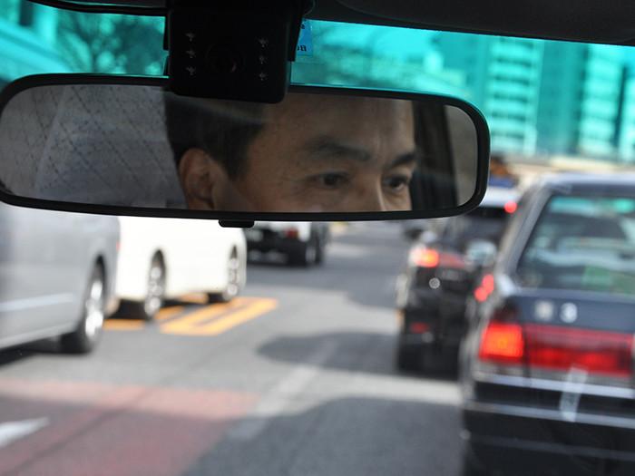 バックミラーに映る国際自動車(㎞タクシー)の稼げるタクシードライバー三橋さんの写真