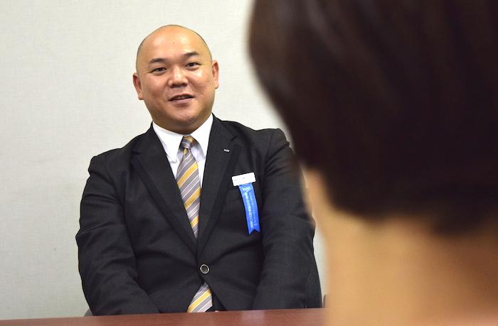 国際自動車kmタクシーのタクシードライバー西川さんの運転姿