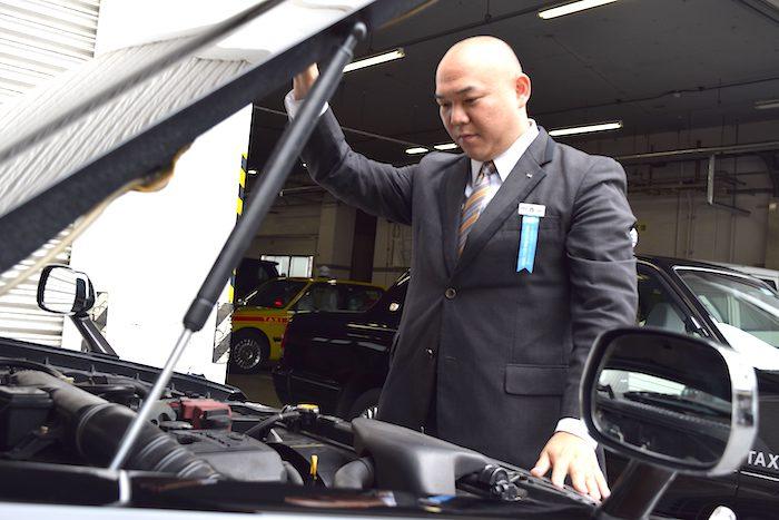 国際自動車kmタクシーのタクシードライバー西川さんの点検姿