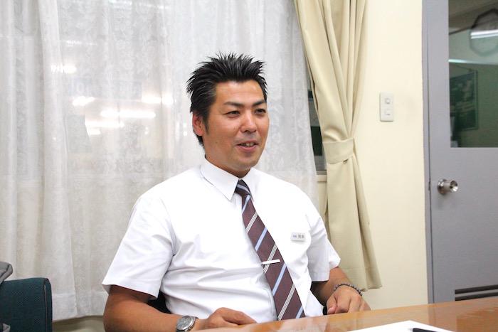 真剣に説明をしているケイエム観光バス株式会社のバスドライバー阿部さんの写真