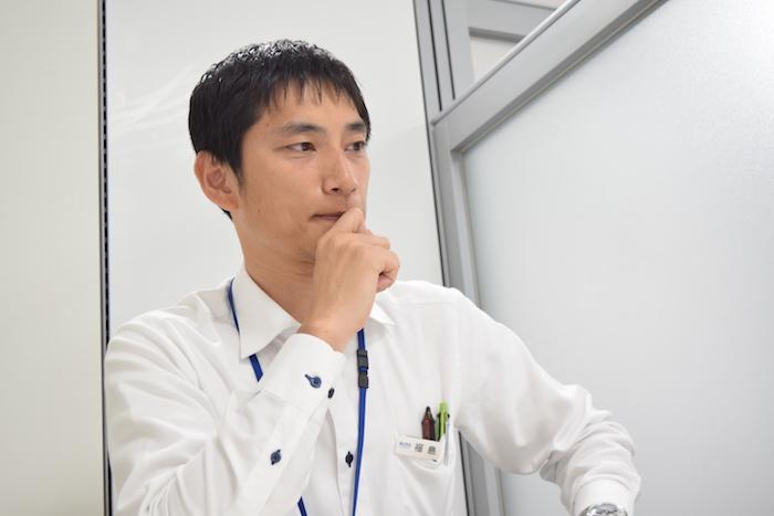 国際自動車(㎞タクシー)の元タクシードライバーで現在は人財採用課(人事)の福島さんの真剣な表情の写真
