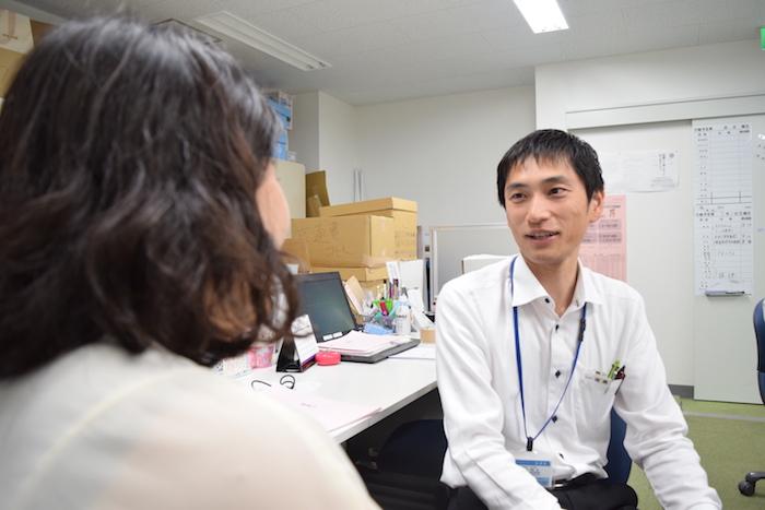 話をしている、国際自動車(㎞タクシー)の元タクシードライバーで現在は人財採用課(人事)の福島さんの写真