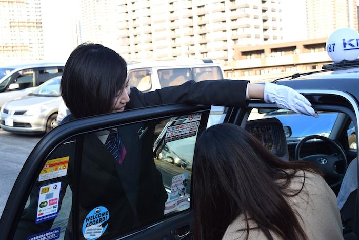 ドアサービスを行っている国際自動車(kmタクシー)の女性タクシードライバーで、新卒女性班長の成毛さんの写真
