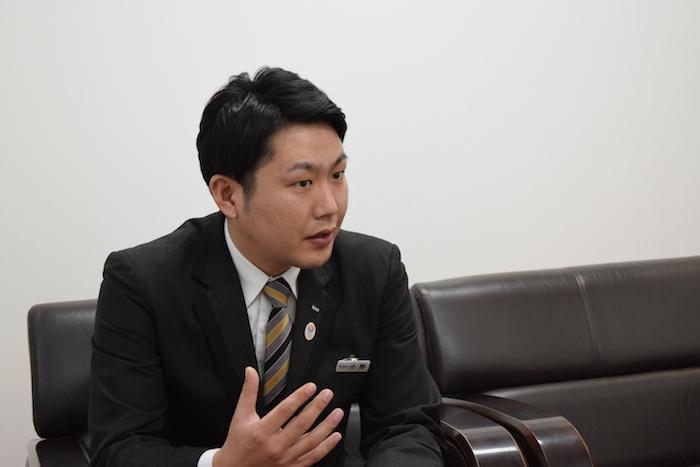 真剣な顔で班長時代の話をする人財研修課コーチの小野さんの写真