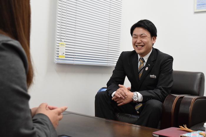 班長時代のエピソードを笑顔で語っている人財研修課コーチの小野さんの写真