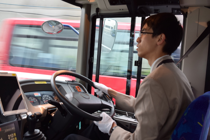 真剣な眼差しでバスを運転している大滝さんの横顔
