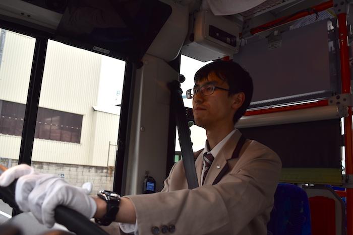 真剣な眼差しでバスのハンドルを握る25歳新人路線バスドライバーの大滝さん