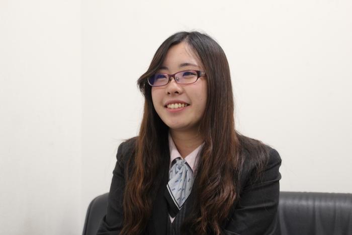 にこやかな笑顔で話をする国際自動車(kmタクシー)株式会社板橋営業所所属の女性職員、田島さんの写真