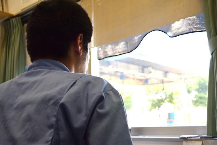 国際自動車(㎞タクシー)LPG充てん員の武原さんの後ろ姿の写真