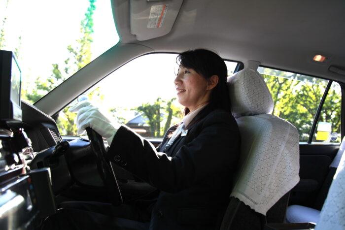 国際自動車kmの女性タクシードライバー河野さんとタクシー運転中