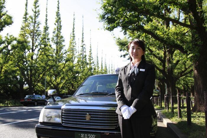 国際自動車kmの女性タクシードライバー河野さんとタクシー