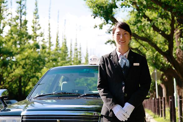 国際自動車(㎞タクシー)株式会社で働く元東京ディズニーランドのキャストの女性タクシードライバー佐藤さんの写真