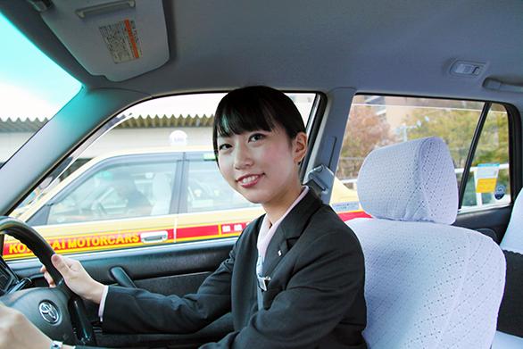 国際自動車(kmタクシー)の新卒女性タクシードライバーの召田さんが運転中