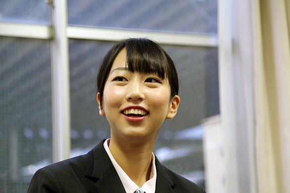 国際自動車(kmタクシー)の新卒女性タクシードライバーの召田さんの笑顔