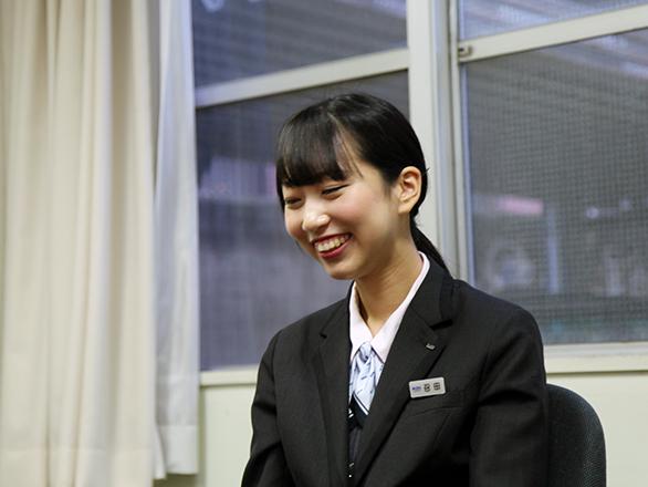国際自動車(kmタクシー)の新卒女性タクシードライバーの召田さんの俯いた顔