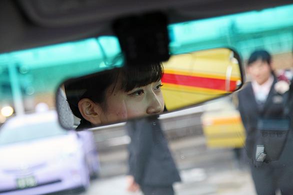 国際自動車(kmタクシー)の新卒女性タクシードライバーの召田さんのバックミラーに映る目