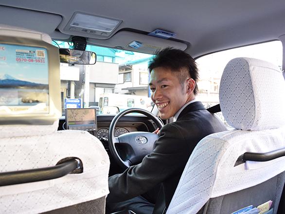 国際自動車(㎞タクシー)のタクシードライバー石垣さんの運転中の写真
