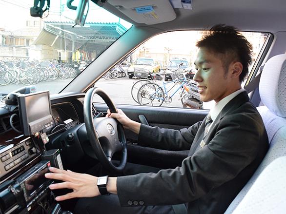 国際自動車(㎞タクシー)のタクシードライバー石垣さんの運転している様子