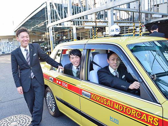 国際自動車(㎞タクシー)世田谷営業所所属のタクシードライバー、石垣さん、小野さん、高橋さんの笑顔の写真