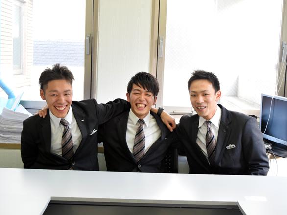 国際自動車(㎞タクシー)世田谷営業所所属のタクシードライバー、石垣さん、小野さん、高橋さんのスリーショット