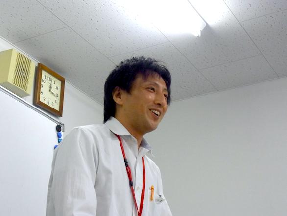 英会話勉強会で笑顔で話をしている国際自動車(kmタクシー)の英語が話せるイケメンタクシードライバー森さんの写真