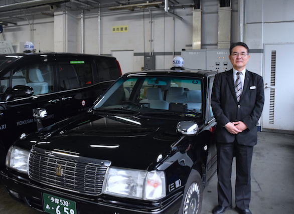 国際自動車(㎞タクシー)のバイリンガルタクシードライバー平木さんのタクシーとのツーショット