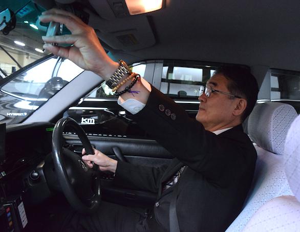 国際自動車(㎞タクシー)の英語が話せるタクシードライバー平木さんのミラー確認中写真