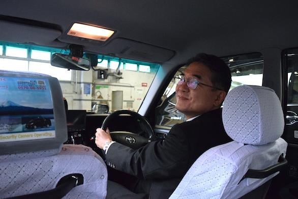 国際自動車(㎞タクシー)の英語が話せるタクシードライバー平木さんの運転写真