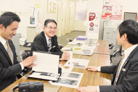 国際自動車(㎞タクシー)の英語が話せるタクシードライバー平木さんの談笑中写真