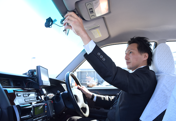 国際自動車(㎞タクシー)の英語が話せるTSTiE(タスティー)認定タクシードライバー森さんの運転写真