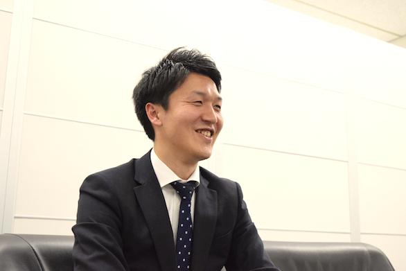 国際ハイヤー株式会社のイケメンハイヤードライバー斉藤さんの横からの笑顔