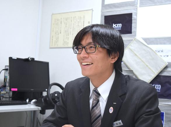 国際自動車(㎞タクシー)に仮面就職で入社したバンドマンのタクシードライバー安田さんの笑顔の写真