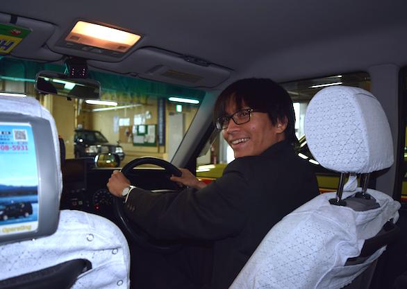 国際自動車(㎞タクシー)に仮面就職で入社したバンドマンのタクシードライバー安田さんの運転写真