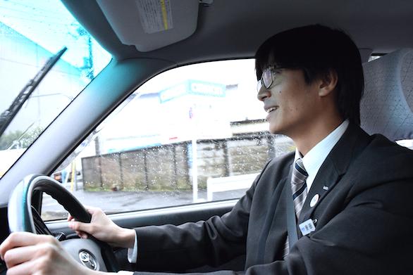 真剣な表情で運転いる、国際自動車(㎞タクシー)に仮面就職で入社したバンドマンのタクシードライバー安田さんの写真