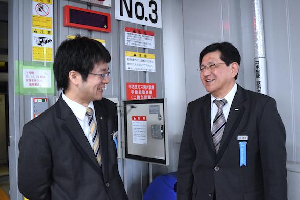 同僚と話をしている国際自動車(㎞タクシー)吉祥寺営業所所属のベテランタクシードライバー橋本さんの写真