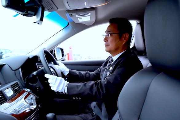 国際ハイヤー株式会社のベテランハイヤードライバー菅野さんの運転写真