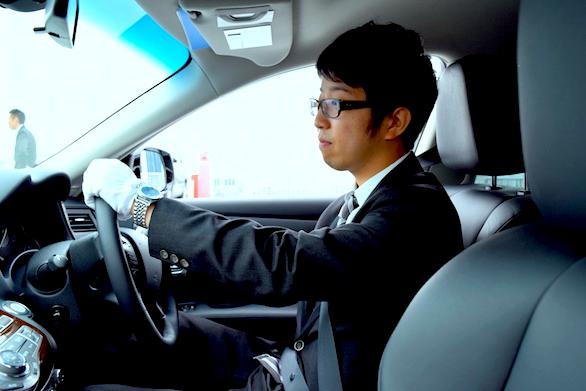 国際ハイヤー株式会社の新卒ハイヤードライバー中野さんの運転写真