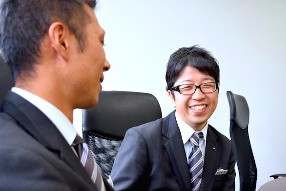 国際ハイヤー株式会社のイケメンハイヤードライバー酒入さんと新卒ハイヤードライバー中野さんの写真