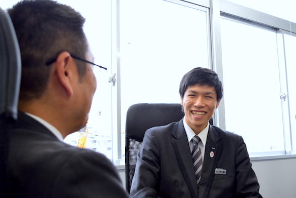 国際ハイヤー株式会社のベテランハイヤードライバー菅野さんと新卒ハイヤードライバー伊藤さんの写真