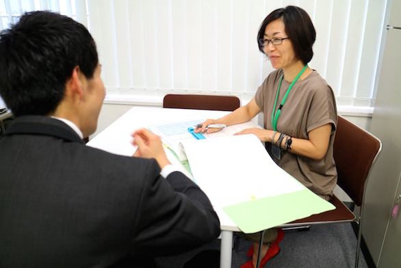 国際自動車(㎞タクシー)の健康管理室でドライバーの健康管理に従事する看護師仲野さんが、面談をしている様子