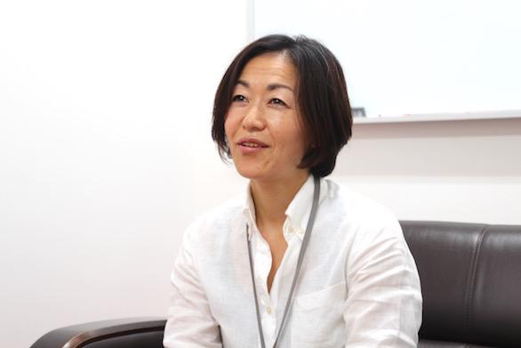 笑顔で目標を語っている、国際自動車(㎞タクシー)の健康管理室でドライバーの健康管理に従事する看護師仲野さんの写真