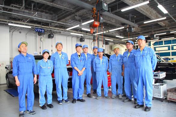 国際自動車(㎞タクシー)板橋整備工場で働く整備士たちが整列している写真