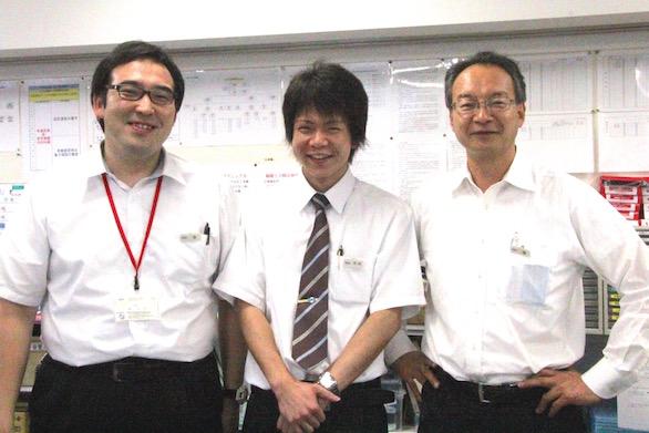 同僚と一緒の、ケイエム観光バス株式会社シャトルバスドライバーの中村さんの笑顔の写真