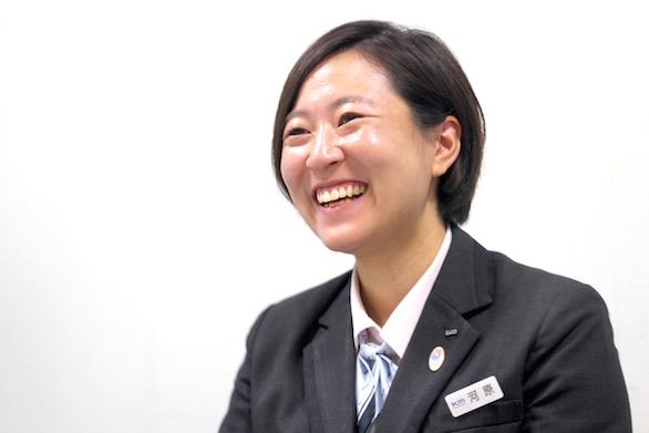 笑顔で話をしている国際自動車(㎞タクシー)株式会社に第二新卒で入社した女性タクシードライバー河原さんの写真