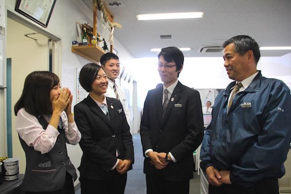 楽しげに談笑している国際自動車(㎞タクシー)株式会社羽田営業所の同僚と女性タクシードライバー河原さんの写真