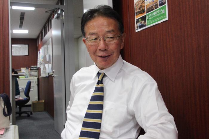 国際自動車(kmタクシー)でタクシードライバーを13年間務めたのち、個人タクシーとして独立した日野さんのインタビュー中の笑顔
