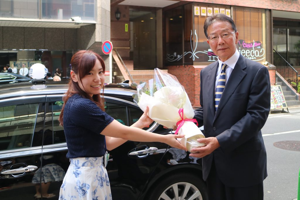 国際自動車(kmタクシー)でタクシードライバーを13年間務めたのち、個人タクシーとして独立した日野さんの出発式の様子