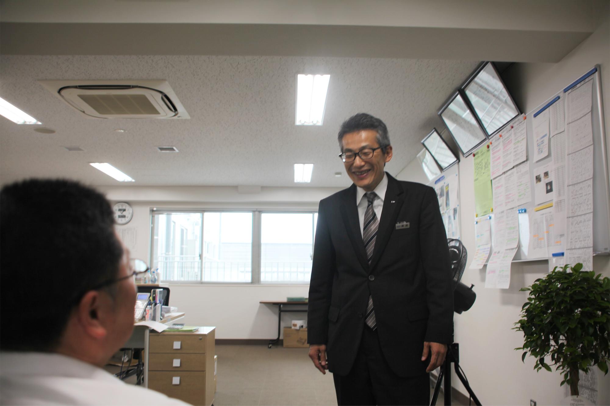 50代で転職した国際自動車(㎞タクシー)のタクシードライバー栗原さんの笑顔の写真